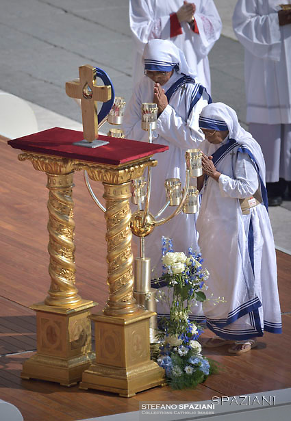 Nuns of the Missionary of Charity, the religious order founded by Mother Teresa of Kolkata, carry the mother's relics, as the Pope leads a holy mass for her canonisation, in Saint Peter square at the Vatican, on September 4, 2016.