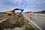 DIEMEN - Langs de snelweg A1 bij Diemen zijn medewerkers van DEME met dumpers, graafmachines en schep, bezig met het aanleggen van een aardebaan, en verleggen van kabels, voor de aansluiting op de Uyllanderbrug. Als onderdeel van het project Schiphol-Amsterdam-Almere(SAA), waarbij de A1 wordt verbreed en bij Muiderberg wordt verlegd naar het zuiden, krijgt IJburg via de zgn Oostelijke Ontsluitingsweg (OOIJ) over het Amsterdam-Rijnkanaal ook een rechtstreekse aansluiting op de rijksweg A1. Om de geluidsoverlast van de te verbreden snelweg te beperken zal de snelweg in opdracht van Rijkswaterstaat later grotendeels worden ingekapseld met 8 meter hoge geluidsschermen. COPYRIGHT TON BORSBOOM