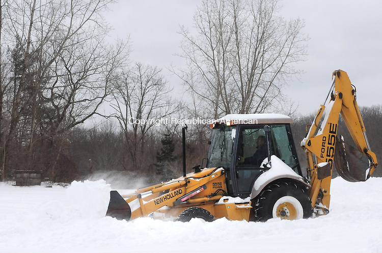 BRIDGEWATER CT, 09 FEB 13-020913AJ02- Marty McMahon uses a backhoe with a bucket to clear snow at the Bridgewater Mobile gas station Saturday morning.     Alec Johnson/ Republican-American