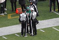head coach Adam Gase of the New York Jets beschwert sich bei den Schiedsrichtern - 08.12.2019: New York Jets vs. Miami Dolphins, MetLife Stadium New York