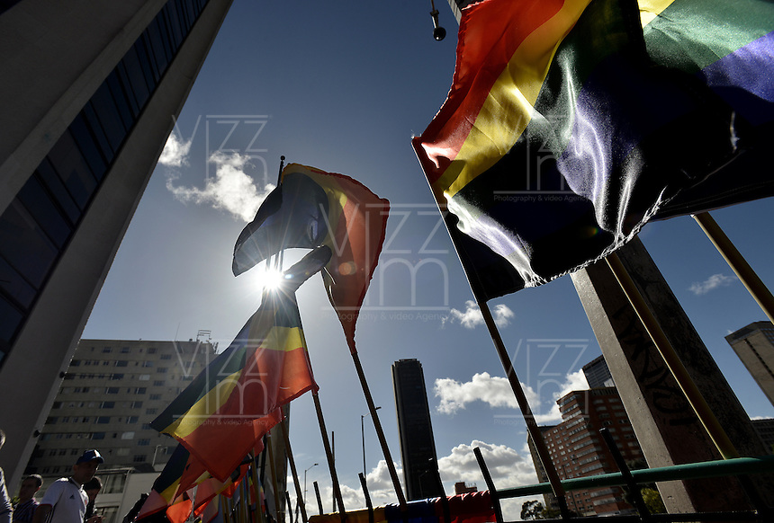 BOGOTÁ -COLOMBIA. 03-07-2016: Cientos de personas participaron en la Marcha LGBTI 2016 realizada por las calles del centro de Bogotá, Colombia, hoy 03 de julio de 2016./ Hundred of people gathered to participate in the Gay Pride Parade 2016 on July 03, 2016 that be held by the main streets of the downtown of Bogota, Colombia. Photo: VizzorImage/ Gabriel Aponte / Staff