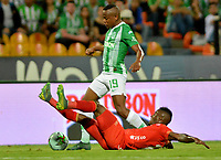MEDELLÍN-COLOMBIA, 27-04-2019: Yerson Candelo de Atlético Nacional y Jhonier Viveros de América de Cali disputan el balón, durante partido de la fecha 18 entre Atlético Nacional y América de Cali, por la Liga Águila I 2019, jugado en el estadio Atanasio Girardot de la ciudad de Medellín. / Yerson Candelo of Atletico Nacional and Jhonier Viveros of America de Cali Figth for the ball, during a match of the 18th date between Atletico Nacional and America de Cali, for the Aguila Leguaje I 2019 played at the Atanasio Girardot Stadium in Medellin city. / Photo: VizzorImage / León Monsalve / Cont.