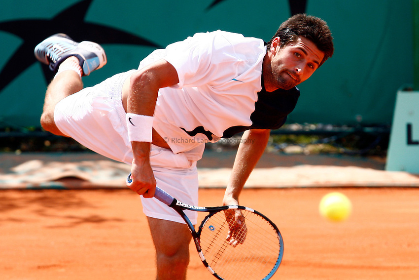 Photo: Iconsport/Richard Lane Photography..French Open, Roland Garros 2007. 31/05/2007..Olivier Patience serves.