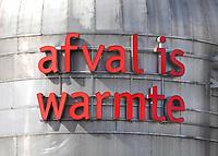 Nederland Amsterdam - Augustus 2019.     Het bedrijf Westpoort Warmte gebruikt restwarmte van het Afval Energie Bedrijf en zorgt in Amsterdam op die manier voor verwarming. Het is een joint-venture van Nuon Warmte en AEB NV.  Het Afval Energie Bedrijf (AEB) is een afvalverwerkingsbedrijf in de Nederlandse stad Amsterdam. Het bedrijf verwerkt afval uit Amsterdam en uit de regio, en heeft de beschikking over afvalverbrandingsinstallaties in het Westelijk Havengebied. Deze installaties gebruiken de bij de verbranding vrijkomende warmte voor het opwekken van energie. Sinds juli liggen vier van de zes verbrandingsovens om veiligheidsredenen stil.   Foto Berlinda van Dam / Hollandse Hoogte
