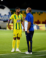 BUCARAMANGA - COLOMBIA, 21-09-2018: Oscar Serrano (Der.) técnico (E), de Atlético Bucaramanga, da instrucciones a Gabriel Gómez (Izq.) jugador, durante partido entre Atlético Bucaramanga y Jaguares F. C., de la fecha 11 por la Liga Aguila II 2018, jugado en el estadio Alfonso López de la ciudad de Bucaramanga. / Oscar Serrano (R) coach (In Charge), of Atletico Bucaramanga, gives instructions to Gabriel Gomez (L) player, during a match between Atletico Bucaramanga and Jaguares F. C., of the 11th date for the Liga Aguila II 2018 at the Alfonso Lopez Stadium in Bucaramanga city Photo: VizzorImage / Oscar Martínez / Cont.