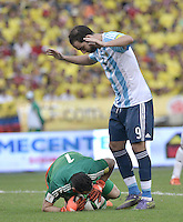BARRANQUILLA - COLOMBIA - 17-11-2015: David Ospina (Izq) arquero de Colombia disputa el balón con Gonzalo Higuain (Der) jugador de Argentina durante partido válido por la clasificación a la Copa Mundo FIFA 2018 Rusia jugado en el estadio Metropolitano Roberto Melendez en Barranquilla./  David Ospina (L) goalkeeper of Colombia fights the ball with Gonzalo Higuain (R) of Argentina during match valid for the 2018 FIFA World Cup Russia Qualifiers played at Metropolitan stadium Roberto Melendez in Barranquilla. Photo: VizzorImage / Gabriel Aponte / Staff