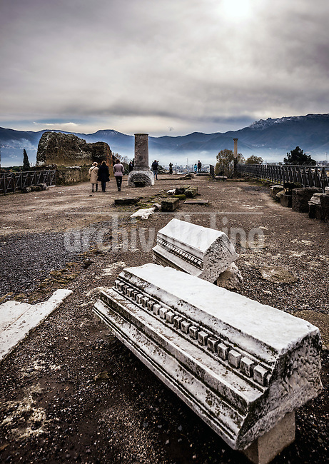One of the more important archaeological sites in the world falls apart for the second time in history: the ruins of ancient Rome in Pompei.<br />