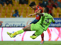 MEDELLÍN - COLOMBIA, 18-04-2018: German Cano (Izq) jugador del Medellín disputa el balón con Ramon Cordoba (Der) de Jaguares F.C. durante el partido entre Deportivo Independiente Medellín y Jaguares F.C. por la fecha 16 de la Liga Águila I 2018 jugado en el estadio Atanasio Girardot de la ciudad de Medellín. / German Cano (L) player of Medellin vies for the ball with Ramon Cordoba (R) player of Jaguares F.C. during match between Deportivo Independiente Medellin and Jaguares F.C. for the date 16 of the Aguila League I 2018 played at Atanasio Girardot stadium in Medellin city. Photo: VizzorImage/ León Monsalve / Cont