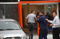 CARAPICUIBA, SP - 31.01.2012 - ASSALTO A BANCO ITAU CARAPICUIBA - SEguranca que trocou tiros com assaltantes volta para dentro do Banco. Um assaltante foi morto e quatro foram presos apos tentativa de assalto em uma agencia do banco Itau, em Carapicuiba, na Grande Sao Paulo, nesta terca-feira (31), em Carapicuiba na Grande SP. Segundo a Delegacia Seccional da cidade, os criminosos entraram armados no banco, que fica na avenida Inocencio Serafico, por volta das 16h. A Polícia Militar foi acionada e a avenida bloqueada por viaturas. Houve troca de tiros. (Foto: Renato Silvestre/NewsFree)