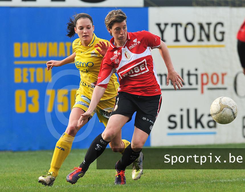 1/2 Halve finale Beker van Belgie ; Waasland Beveren Sinaai Girls - Standard Femina de Liege : Aline Zeler aan de bal voor Meagan McLoughlin.foto DAVID CATRY / Vrouwenteam.be