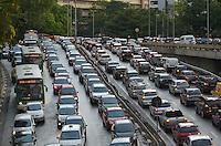 SAO PAULO, 13 DE MARCO DE 2013 - TRANSITO SP - Transito intenso no acesso entre a Avenida Paulista e Avenida Dr Arnaldo, no fim da tarde desta quarta feira, 13. (FOTO: ALEXANDRE MOREIRA / BRAZIL PHOTO PRESS)