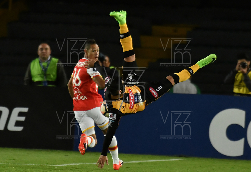 BOGOTA - COLOMBIA - 23 - 05 - 2017: Anderson Plata (Izq.) jugador de Independiente Santa Fe, disputa el balon con Marvin Bejarano (Der.) jugador de The Strongest, durante partido entre Independiente Santa Fe de Colombia y The Strongest de Bolivia, de la fase de grupos, grupo 2, fecha 6 por la Copa Conmebol Libertadores Bridgestone 2017, en el estadio Nemesio Camacho El Campin, de la ciudad de Bogota. / Anderson Plata (L) player of Independiente Santa Fe, fights for the ball with Marvin Bejarano (R) player of The Strongest during a match between Independiente Santa Fe of Colombia and The Strongest of Bolivia, of the group stage, group 2 of the date 6th, for the Conmebol Copa Libertadores Bridgestone 2017 at the Nemesio Camacho El Campin in Bogota city. VizzorImage / Luis Ramirez / Staff.