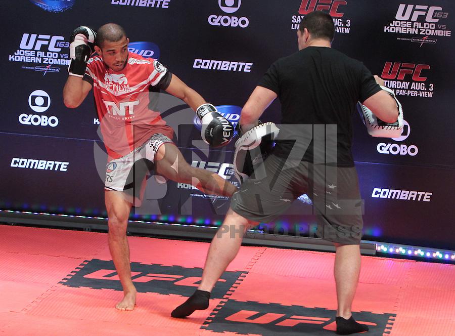 RIO DE JANEIRO, RJ, 01 AGOSTO 2013 - TREINO ABERTO JOSE ALDO UFC 163 RIO - O atleta José Aldo realiza o treino aberto do UFC 163 que acontece no Rio De Janeiro na Lapa no Rio de Janeiro nessa quinta 01. (FOTO: LEVY RIBEIRO / BRAZIL PHOTO PRESS)