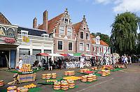 Nederland Edam 2015 07 22 .  Kaasmarkt in Edam . Links de Kaaswaag