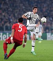 FUSSBALL CHAMPIONS LEAGUE  SAISON 2015/2016 ACHTELFINAL HINSPIEL Juventus Turin - FC Bayern Muenchen             23.02.2016 Mario Mandzukic (re, Juventus Turin) am Ball gegen Mehdi Benatia (li, FC Bayern Muenchen)