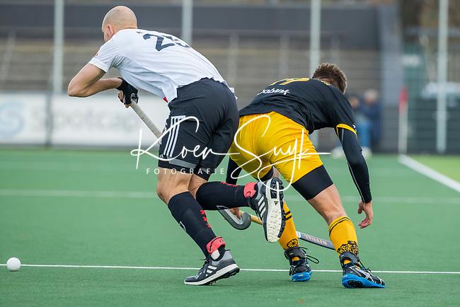 AMSTELVEEN -  Noud Schoenaker (Den Bosch) met Justin Reid-Ross (Adam)    tijdens de competitie hoofdklasse hockeywedstrijd mannen, Amsterdam- Den Bosch (2-3).  COPYRIGHT KOEN SUYK