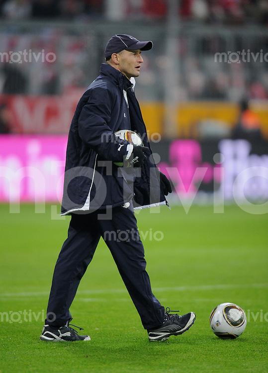 Fussball 1. Bundesliga   Saison   2009/2010  18. Spieltag  15.01.2010 FC Bayern Muenchen  - 1899 Hoffenheim Co Trainer Peter Zeidler (Hoffenheim) mit Ball