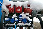 Bouwdetails tijdens een koude vorstperiode op een bouwplaats in de winter: schakelkast voor het verzorgen van elektriciteit is gedeeltelijk ondergesneeuwd. COPYRIGHT TON BORSBOOM