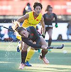 UTRECHT - Laurien Leurink (Ned) met Meiyu Liang (China)  tijdens de Pro League hockeywedstrijd wedstrijd , Nederland-China ..ANP KOEN SUYK