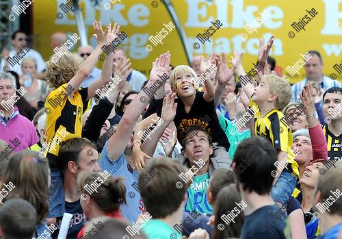 2012-07-21 / Voetbal / seizoen 2012-2013 / Fandag SK Lierse / Bij de ploegvoorstelling trapte iedere speler een voetbal in het publiek...Foto: Mpics.be