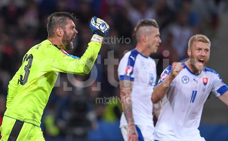 FUSSBALL EURO 2016 GRUPPE B IN LILLE Russland - Slowakei     15.06.2016 Torwart Matus Kozacik (Slowakei)  jubelt nach dem Abpfiff
