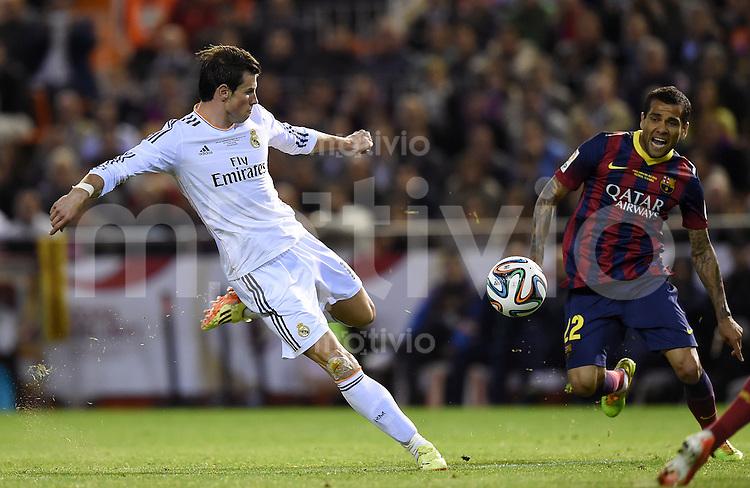 FUSSBALL  INTERNATIONAL Copa del Rey FINALE  2013/2014    FC Barcelona - Real Madrid            16.04.2014 Gareth Bale (li, Real Madrid) gegen Daniel Alves (Barca)