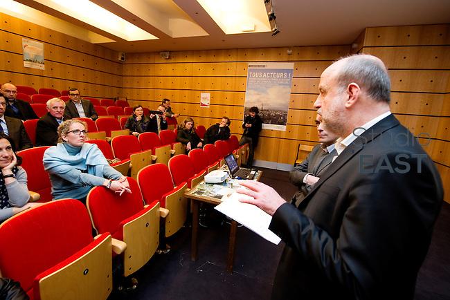 Mme Delphine Batho (gauche, écharpe bleue), ministre de l'environnement et de l'énergie, écoute Bruno Léchevin (droite) présenter l'Agence Parisienne du Climat (ACP), dans le parc de Bercy, à Paris, France, le 30 mars 2013. Photo : Lucas Schifres