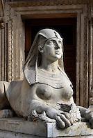 Sphinx vor Oper, Operaház an der Andrássy út 20, Budapest, Ungarn, UNESCO-Weltkulturerbe