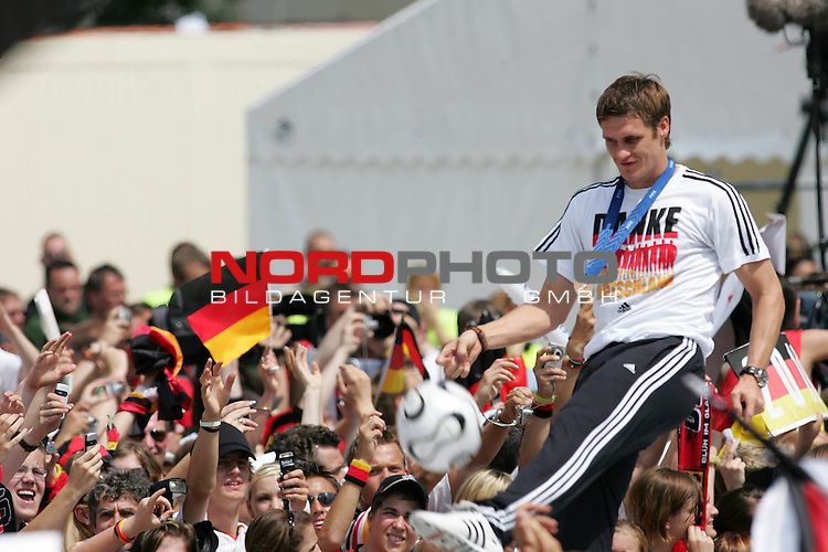 FIFA WM 2006 - Feature Fanmeile Berlin<br /> Verabschiedung der Deutschen Nationalmannschaft.<br /> Supporters from Germany celebrate the german national team (Sebastian Kehl with ball) at Brandenburger Tor in Berlin after the World Cup.<br /> Foto &copy; nordphoto