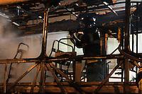 GUARULHOS,SP - 06.03.2014 - ÔNIBUS INCENDIADO - Por volta das 22h30min, um ônibus foi incendiado na Rua Onze de Agosto, altura do número 272, no centro de Guarulhos, cidade da Grande São Paulo, nesta quinta-feira, 06. (Foto: Geovani Velasquez / Brazil Photo Press)