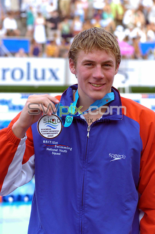 Pix by Chris Whiteoak/SWpix.com, European Swimming, European Junior Swimming Championships, Budapest, Hungary, 16/07/2005..COPYRIGHT PICTURE>> SIMON WILKINSON>> SWPIX.COM>>07811267 706>>..Great Britain's Chris Alderton holds his bronze medal form the 1500m freestyle