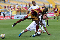 BOGOTA - COLOMBIA - 09-09-2015: Jackson Valencia jugador del Deportes Tolima  disputa el balon con Juan Perez de Aguilas Doradas  durante partido  por la fecha 11 de la Liga Aguila II 2015 jugado en el estadio Metropolitano de Techo . / Jackson Valencia player of Deportes Tolima   fights the ball against Juan Perez of Aguilas Doradas during a match for the eleventh date of the Liga Aguila II 2015 played at Metropolitano  the Techo  stadium in Bogota  city. Photo: VizzorImage / Felipe Caicedo / Staff.