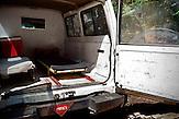 Ambulanzfahrzeug - die Tätigkeit als Minenräumer ist trotz Schutzausrüstung sehr gefährlich / . Ambulance.