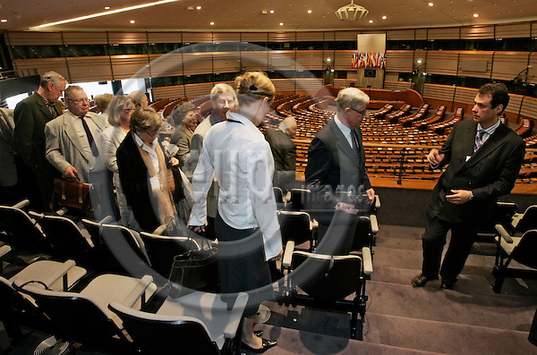 BRUSSELS - BELGIUM - 15 MAY 2007 -- MEP Ville ITÄLÄ (Itala, Itaelae), Group of the European People's Party (Christian Democrats) and European Democrats; .(Finland, Kansallinen Kokoomus) hosting a group of visitors from his constituency with the hemicycle, plenary room in the background. -- PHOTO: JUHA ROININEN / EUP-IMAGES