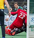 AMSTELVEEN - keeper Jan de Wijkerslooth (Adam) met Jeroen Hertzberger (R'dam)   tijdens de hoofdklasse competitiewedstrijd heren, AMSTERDAM-ROTTERDAM (2-2). COPYRIGHT KOEN SUYK