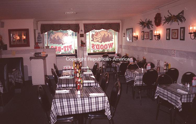 8/25/98 0824SM.TIF<br />Steve Mordenti photo, restaurant profile<br />Wood's pit BBQ