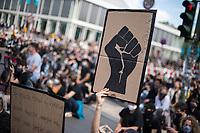 """Mehrere zehntausend Menschen versammelten sich am Samstag den 6. Juni 2020 auf dem Alexanderplatz in Berlin und protestierten gegen den rassistischen Mord durch den Polizeibeamten Derek Chauvin an dem Afroamerikaner George Floyd in Minneapolis am 25. Mai 2020. Sie hielten Schilder auf denen u.a. """"Black Lives Matter"""", """"I can't breath"""", """"Rassismus toetet"""", Justice for George Floyd"""" und """"No Justice - No Peace"""" stand.<br /> Der Polizeibeamten Derek Chauvin hatte sich am 25. Mai nach einer Festnahme ueber acht Minuten lang auf den Hals von George Floyds gekniet, waehrend der gefesselt am Boden lag. Floyd erstickte. In mehreren Staedten in den USA kam es daraufhin zu heftigen Protesten.<br /> Aufgerufen zu der Kundgebung vor der US-Botschaft hatte die Organisation """"ISD Berlin - Initiative Schwarze Menschen in Deutschland"""" aufgerufen.<br /> 6.6.2020, Berlin<br /> Copyright: Christian-Ditsch.de<br /> [NUR FUER REDAKTIONELLE ZWECKE! Werbung nur auf Anfrage beim Fotografen. Inhaltsveraendernde Manipulation des Fotos nur nach ausdruecklicher Genehmigung des Fotografen. Vereinbarungen ueber Abtretung von Persoenlichkeitsrechten/Model Release der abgebildeten Person/Personen liegen nicht vor. NO MODEL RELEASE! Don't publish without copyright Christian-Ditsch.de, Veroeffentlichung nur mit Fotografennennung, sowie gegen Honorar, MwSt. und Beleg. Konto: I N G - D i B a, IBAN DE58500105175400192269, BIC INGDDEFFXXX, Kontakt: post@christian-ditsch.de<br /> Bei der Bearbeitung der Dateiinformationen darf die Urheberkennzeichnung in den EXIF- und  IPTC-Daten nicht entfernt werden, diese sind in digitalen Medien nach §95c UrhG rechtlich geschuetzt. Der Urhebervermerk wird gemaess §13 UrhG verlangt.]"""