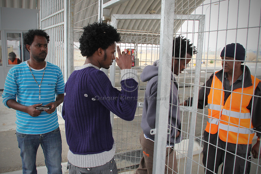 Tumizgie Okebamrime (1L), an Eritrean refugee, among other refugees makes his way back to the detention center Holot, in the Negev dessert in Israel. Around 350 African refugees are been held in Holot detention center, despite big demonstrations held in Tel Aviv and Jerusalem against the detention. Photo: Quique Kierszenbaum
