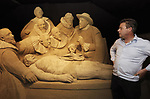 Foto: VidiPhoto<br /> <br /> GARDEREN &ndash; In Garderen wordt dinsdag nog stevig doorgewerkt om het Veluws Zandsculptuur Festijn op tijd gereed te krijgen. Vrijdag komen de eerste bezoekers. Het is overigens nog maar de vraag of de internationale publiekstrekker (jaarlijks 170.000 bezoekers) van eigenaar Adri van Ee doorgang mag vinden. Volgens de gemeente staat het levensechte 3D-schilderij van de Anatomische les van Rembrand in een schuurtje dat &ldquo;woonbestemming&rdquo; heeft. Daarvoor heeft de ondernemer al 7500 euro boete gekregen. Als het kunstwerkt niet wordt verwijderd, dan volgt sluiting van het park, dat dit jaar ruim 100 sculpturen van &lsquo;oude meesters&rsquo; telt. Bezoekers mogen zelfs niet door een raampje naar binnen kijken. Een andere &lsquo;ramp&rsquo; had vorige week plaats toen het 5 meter hoge schilderij &ldquo;De Nachtwacht&rdquo; instortte. Daar wordt de komende weken nog aan gewerkt. Aan het festijn, dat tot en met 27 oktober duurt, werken 25 internationale kunstenaars mee. Foto: Adri van Ee bij de Anatomische les. Van Ee dreigt nu zelf gefileerd te worden door de gemeente.