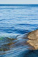 Häll med blå vågor vid havet och en horisont. / Hob the blue waves of the sea and horizon.
