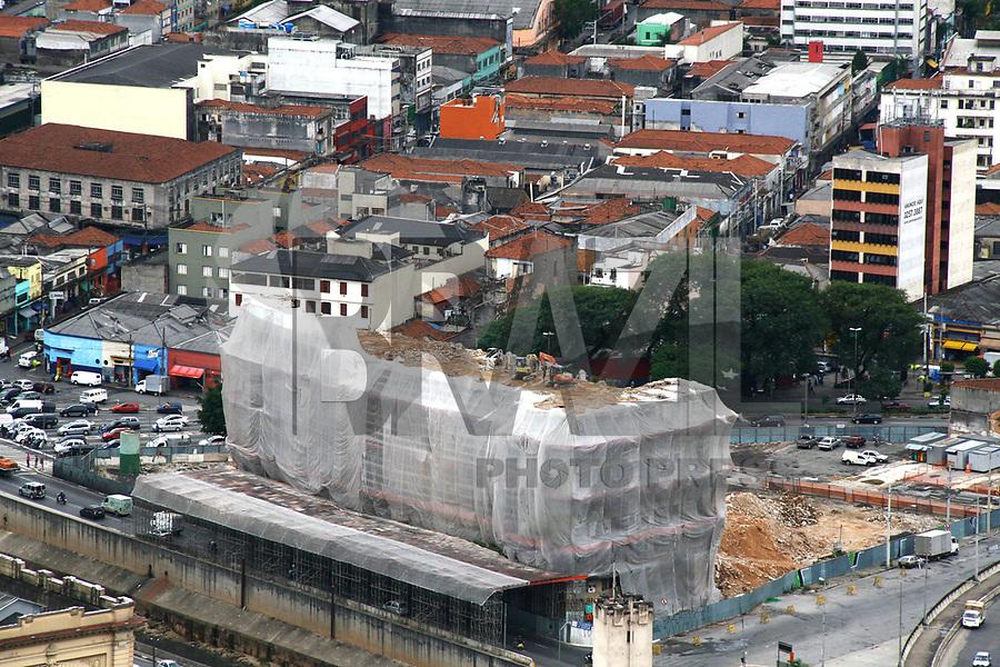 SP 30 DE MARÇO DE 2011 - EDIFÍCIO SÃO VITO - Vista do  Edifício São Vito que está passando por uma demolição manual, pois a implosão poderia danificar os vitrais do Mercado Municipal. (FOTO: DANIELA SOUZA / NEWS FREE)