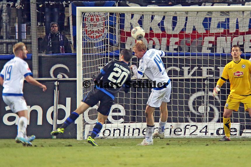 Manuel Hornig (Bielefeld) klärt vor Mathew Leckie (FSV) - FSV Frankfurt vs. Arminia Bielefeld, Frankfurter Volksbank Stadion