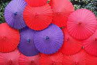 Japan, West Honshu, Kansai, Kyoto: Colourful Japanese umbrellas | Japan, West-Honshu, Kansai, Kyoto: farbige, japanische Papierschirme