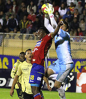 PASTO - COLOMBIA - 30-06-2013: Mauricio Mina (I) jugador del Deportivo Pasto disputa el balon con Julian Meza  (D) jugador de Itagüi Ditaires de durante el partido en el estadio Libertad de la ciudad de Pasto, junio 30 de 2013. Deportivo Pasto y Itagüi Ditaires durante partido por la cuarta fecha de las semifinales de la Liga Postobon I. (Foto: VizzorImage / Leonardo castro / Str). Mauricio Mina (L) player of Deportivo Pasto fights for the ball with Julian Meza  (R) of Itagüi Ditaires during a game in the Libertad Stadium in Pasto city, June 30, 2013. Deportivo Pasto y Itagüi Ditaires in a match for the fourth round of the semifinalsof the Postobon I League. (Photo: VizzorImage / Leonardo Castro / Str).