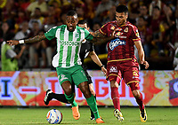 IBAGUÉ - COLOMBIA, 06-06-2018: Juan Guillermo Arboleda (Der) jugador de Deportes Tolima disputa el balón con Reinaldo Lenis (Izq) jugador del Atletico Nacional durante partido de ida por la final de la Liga Águila I 2018 jugado en el estadio Manuel Murillo Toro de la ciudad de Ibagué. / Juan Guillermo Arboleda (R) player of Deportes Tolima vies for the ball with Reinaldo Lenis (L) player of Atletico Nacional during first leg match for the final of the Aguila League I 2018 played at Manuel Murillo Toro stadium in Ibague city. Photo: VizzorImage / Cristian Alvarez / Cont