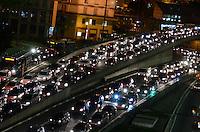 SAO PAULO, 13 DE JULHO DE 2012 - TRANSITO SP - Transito intenso na Avenida 9 de Julho, regiao central da capital no inicio da noite desta sexta feira. ALEXANDRE MOREIRA - BRAZIL PHOTO PRESS