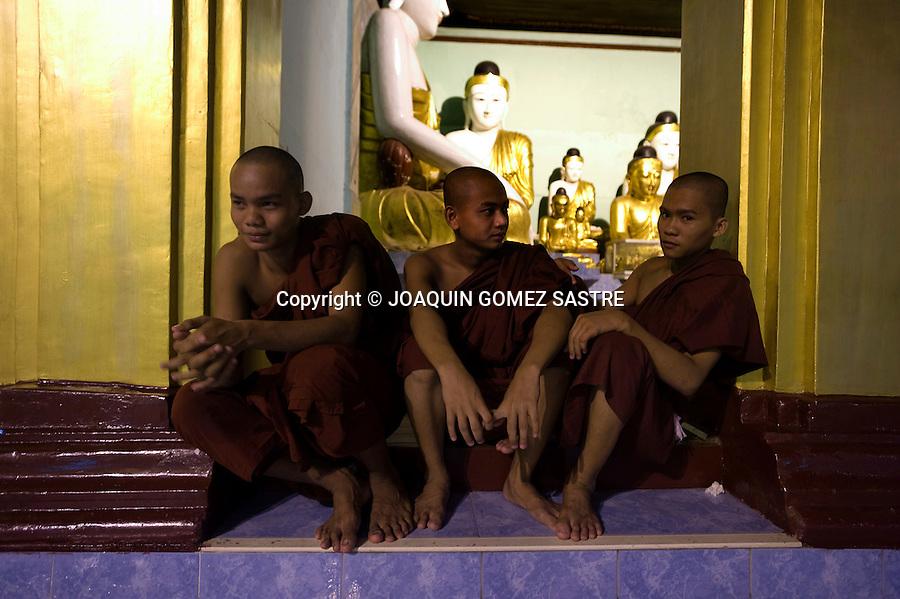 Jovenes novicios descansando en  en la Pagoda de Shwedagon,uno de los centros de perigranacion budista mas importante de Myanmar.foto © JOAQUIN GOMEZ SASTRE