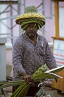 Iles Bahamas / New Providence et Paradise Island / Nassau: Marchand embulant de casque coloniaux en bambou lors du Défilé de la Fanfare de la Royal Bahamas Police Force Band lors de l'ouverture de la session de la cour suprème à Rawson Square