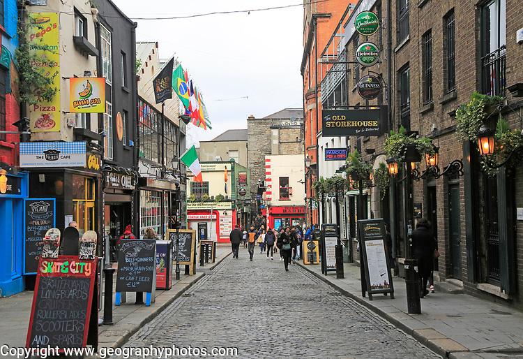 Pubs and restaurants line street in the Temple Bar area, Dublin city centre, Ireland, Republic of Ireland