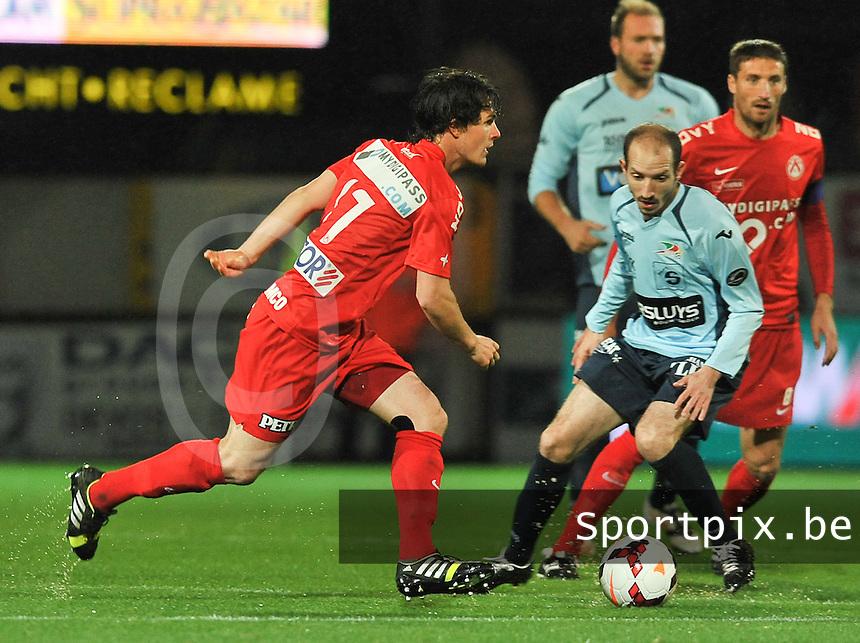 KV Kortrijk - KV Oostende : Gertjan De Mets (links) aan de bal voor Franck Berrier (rechts)<br /> foto VDB / Bart Vandenbroucke